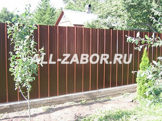 Забор из профлиста на ленточном фундаменте, цвет «шоколадный»