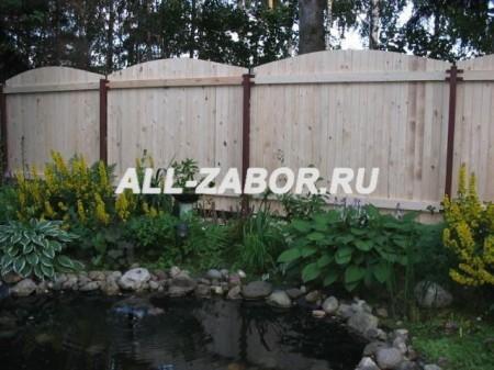 Секционный деревянный забор с металлическими столбами
