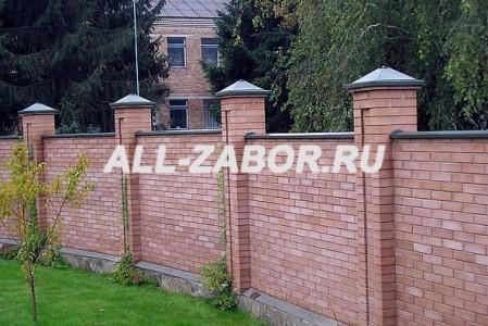 Кирпичный забор со столбами, на ленточном фундаменте