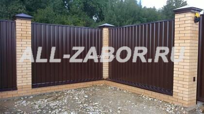Забор из профнастила темно коричневый с кирпичными столбами