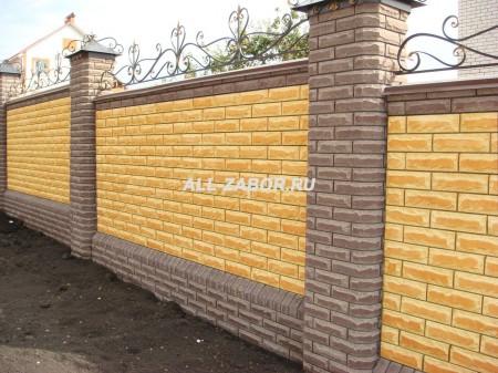 Красивый кирпичный забор с ковкой